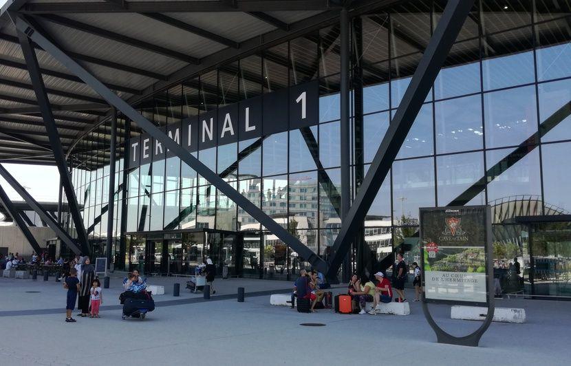 Lyon : Des courses-poursuites s'enchaînent autour de l'aéroport pour stopper un gang de voleurs de Mercedes
