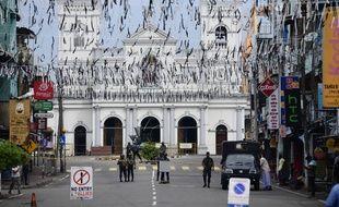 Des soldats se tiennent devant l'église Saint Anthony de Colombo où a eu lieu l'un des attentats meurtriers de Pâques.