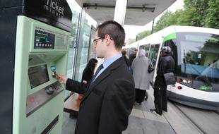 Un voyageur achète des tickets TAN à un distributeur, à Nantes.