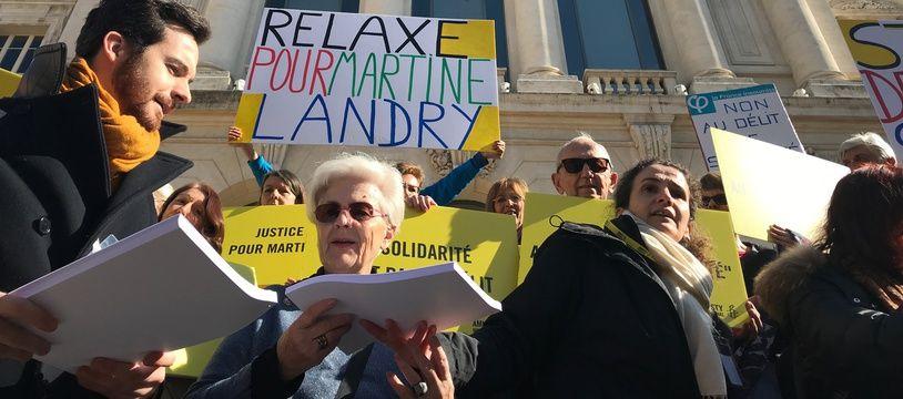 Martine Landry (2e en partant de la gauche) devant le palais de justice de Nice en 2018