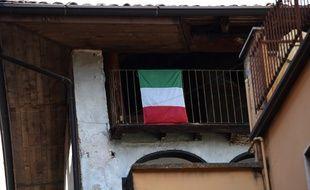 Un drapeau italien au balcon d'un village de Lombardie, le 24 mars 2020.