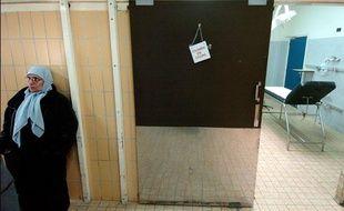 Une femme de confession musulmane, voilée, patiente dans un couloir, le  10 février 2004, au service des urgences de l'Hôpital Edouard Herriot à Lyon.