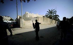 Un combattant rebelle patrouille dans un quartier rédisentiel de Tripoli, capitale de la Libye, le 22 août 2011.