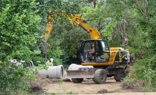 Les premiers tractopelles sont arrivés sur le site pour débroussailler les prairies.