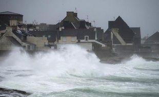 Cet hiver a été particulièrement doux --parmi les trois plus chauds depuis 1900--, et pluvieux en particulier en Bretagne qui, balayée par des tempêtes successives, a atteint son record de pluie depuis 1959, a annoncé vendredi Météo-France dans son bilan climatique provisoire.