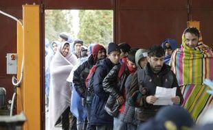 Des migrants se font enregistrer à Lendava en Slovénie après avoir traversé la frontière croate, le 17 octobre 2015