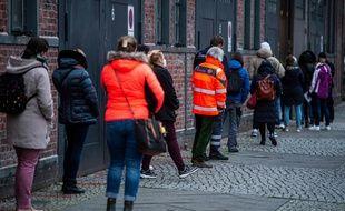 Des Allemands patientent pour se faire vacciner, à Berlin, le 29 décembre 2020.