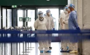 Une équipe médicale à l'aéroport de Milan.