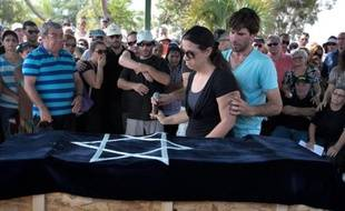 Gila et Doron Tragerman, les parents de l'enfant israélien tué par un obus palestinien, lors de ses funérailles le 24 août 2014 à Yevul