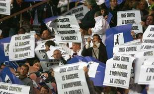 Les tribunes duParc des Princes manifestent contre le racisme et l'homophobie en 2008 lors d'un match du PSG contre Lorient.