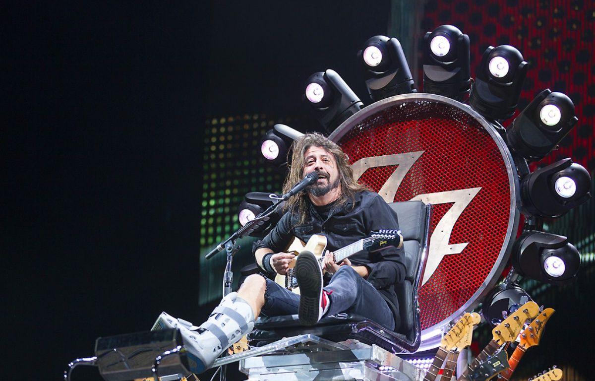 Dave Grohl et sa jambe cassée au  Milton Keynes Bowl en 2015 – WENN