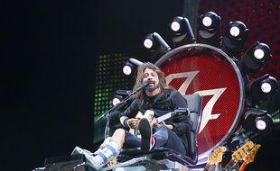 Dave Grohl et sa jambe cassée au  Milton Keynes Bowl en 2015
