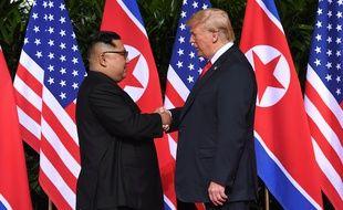 Kim Jong-un et Donald Trump échangent une poignée de main historique, à Singapour le 12 juin 2018.
