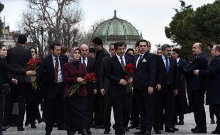 Istanbul (Turquie), le 13 janvier 2016. Ahmet Davutoglu, le Premier ministre turc, vient se recueillir sur les lieux de l'attentat qui a tué dix touristes allemands.