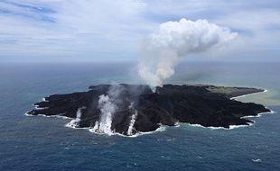 La nouvelle île apparue en novembre 2013 au Japon près de celle de Nishinoshima, vue ici en juin 2014.