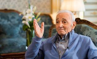 Charles Aznavour en 2016 à l'Hotel Raphael à l'occasion d'un portrait du chanteur réalisé par la télévision japonaise