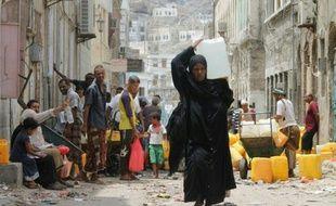 Des civils dans les rues d'Aden, au sud du Yémen, le 19 juillet 2015