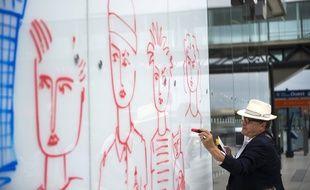 Le 28 juillet 2015, Jean-Charles de Castelbajac s'entraîne à dessiner la fresque qu'il réalisera à l'automne 2015 à l'aéroport Paris-Orly.
