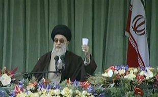 Le guide suprême iranien, l'ayatollah Ali Khamenei, a répondu samedi au président Barack Obama qu'il était prêt à changer de politique si les Etats-Unis modifiaient dans les faits et non seulement en paroles leur attitude à l'égard de la République islamiste.