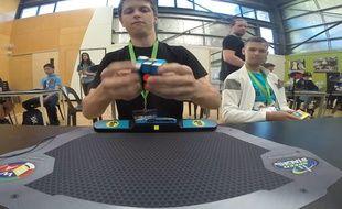 Il fait un Rubik's Cube en 4,73 seconde