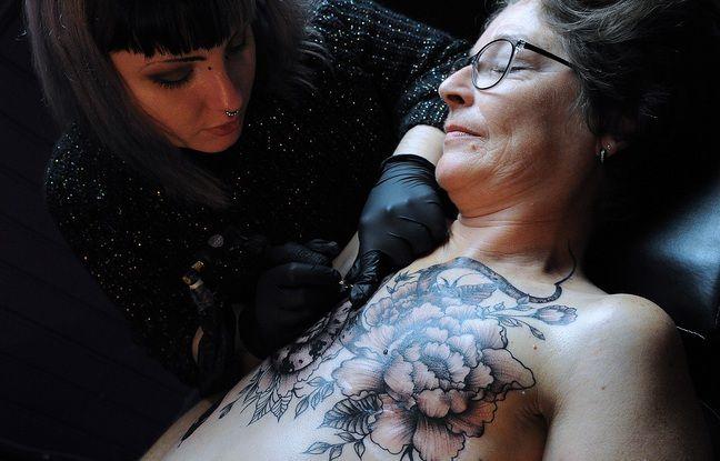 Frédérique qui a subi une double mastectomie, s'est fait tatouer par Amandine un serpent et une fleur sur le buste.