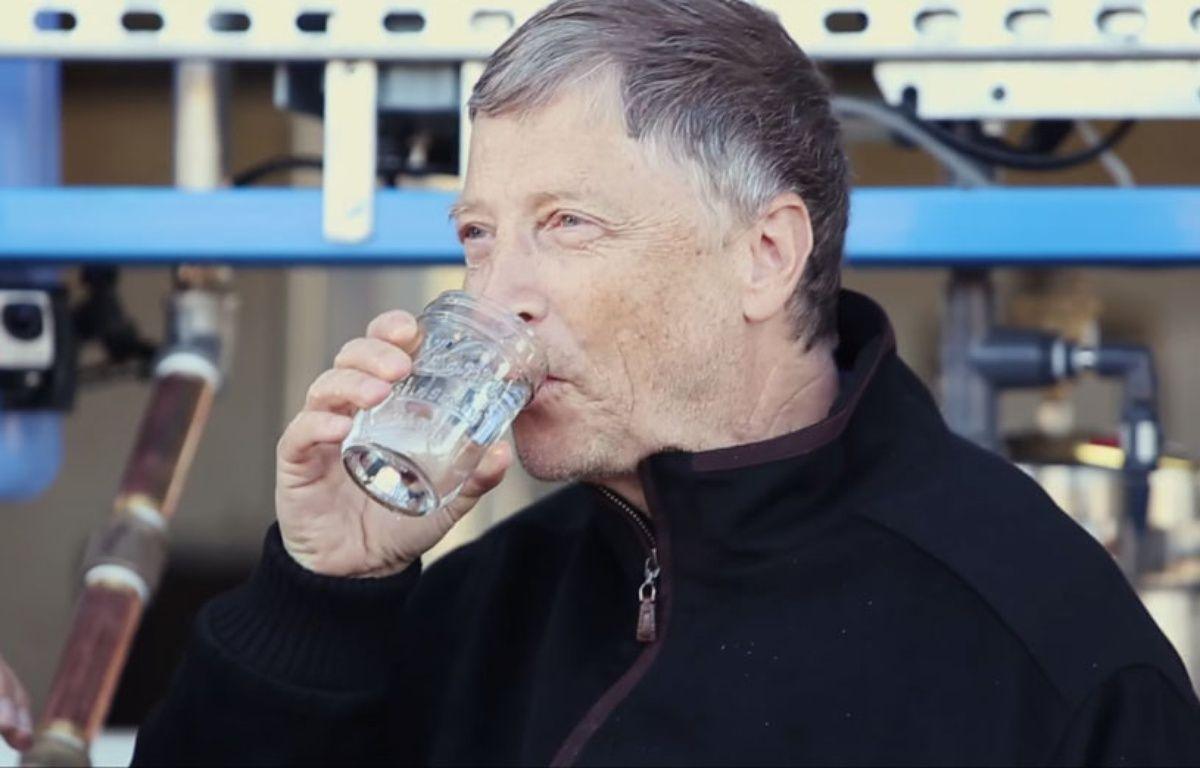 Le milliardaire américain Bill Gates en train de boire de l'eau obtenue à partir de matières fécales. – Capture d'écran YouTube / Gates Notes