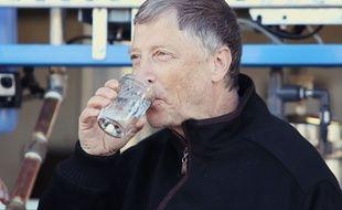 Le milliardaire américain Bill Gates en train de boire de l'eau obtenue à partir de matières fécales.