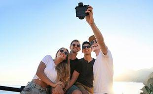 Grâces aux appareils hybrides, les jeunes se laissent séduire par des appareils photos à la qualité Reflex.
