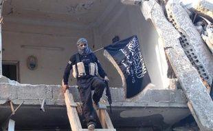 Un combattant du Front Al-Nosra, la branche syrienne d'Al-Qaïda, dans un bâtiment détruit du camp de réfugiés palestiniens de Yarmouk, au sud de Damas, le 22 septembre 2014