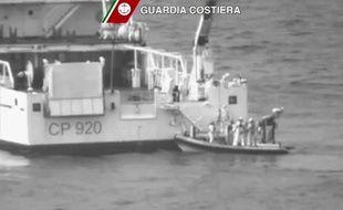Recherche de survivants en mer Méditerranée après le naufrage d'un bateau avec à bord des centaines de migrants, le 19 avril 2015.