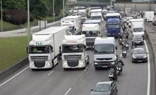 Les poids lourds pourraient un jour devoir payer des droits de péages spécifiques en Europe pour la pollution, le bruit ou les embouteillages qu'ils provoquent, si une proposition en ce sens de Bruxelles se concrétise.
