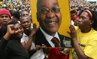 """Jacob Zuma se présentait """"pour la 38e fois devant la justice sur une période de 7 ans et demi"""", a relevé un porte-parole de l'ANC, Carl Niehaus sur la radio publique SABC, en estimant """"peu probable qu'il ait un procès juste et équitable."""""""