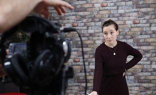 """Le 27 novembre 2019, à Paris, portrait de Clémence Fenaux sur le tournage de la pastille Snapchat """"Oh My Fake"""", dans le studio de 20 Minutes."""
