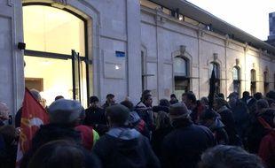 Confusion et échauffourées devant la Maison des syndicats en marge du meeting de la candidate RN Eleonore Revel.