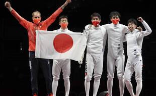 L'équipe du Japon a remporté une médaille d'or inattendue à l'épée par équipe messieurs, le 30 juillet 2021.