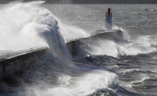 Illustration d'une tempête frappant Saint-Malo, en Ille-et-Vilaine.