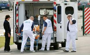 Des ambulanciers emportent un blessé dans une ambulance du SAMU près de l'hôpital Jeanne de Flandre,  le 17 Juin 2011 à Lille