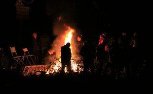 Des gens du voyage lors d'une veillée mortuaire dans un camp à Moirans, le 21 octobre 2015.