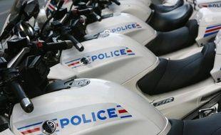 Un motard de la préfecture de police qui escortait le convoi de la ministre de l'Apprentissage Nadine Morano a renversé un piéton vendredi à Paris, un jeune homme qui a été hospitalisé mais dont les jours ne sont pas en danger, selon le Canard enchaîné à paraître mercredi.