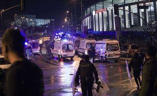 Des services de secours et des ambulances près du stade du Besiktas à Istanbul après un attentat, le 10 décembre 2016.