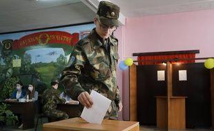 Un militaire vote à Minsk en Biélorussie, le 9 août 2020.