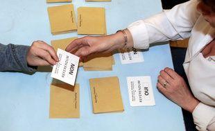 Lors du dépouillement de dernier référendum national en France, en 2005. (archives)