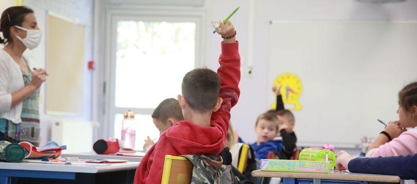 Des élèves dans une classe de primaire.