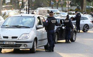 Contrôle de police et du respect des mesures sanitaires dans Paris, illustration.