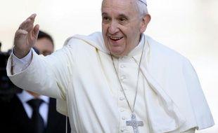 Le pape François à son arrivée place Saint Pierre le 9 septembre 2015 à Rome
