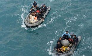 Des plongeurs d'élite de la marine indonésienne à la recherche, le 8 janvier 2015, de nouveaux débris de l'avion d'Air Asia qui s'est abimé en mer le 28 décembre