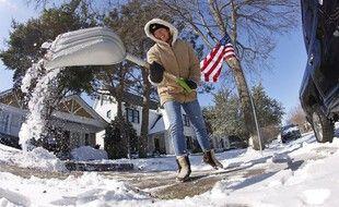 Une femme déblaie la neige dans son allée à Fort Worth, aux Etats-Unis, le 15 février 2021.