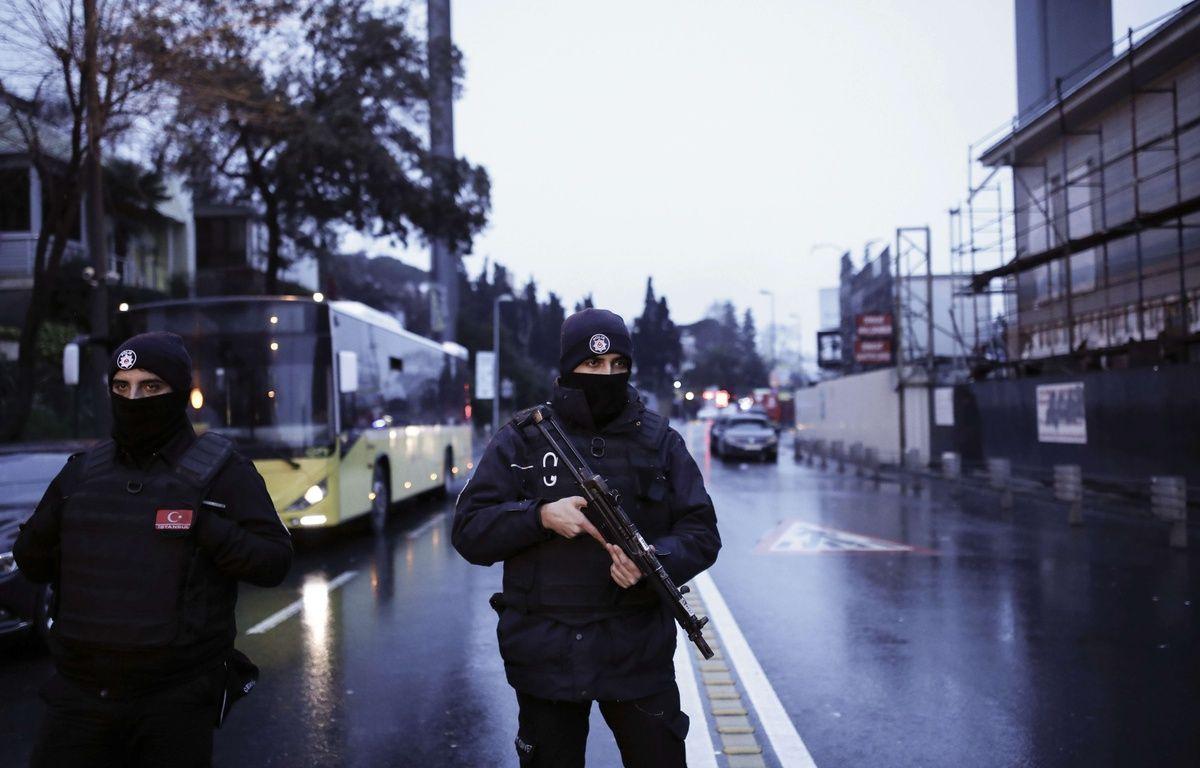 Les policiers turcs bloquent la route menant à la scène d'une attaque à Istanbul, le dimanche 1er janvier 2017. Un assaillant qui aurait été vêtu d'un costume de père Noël et armé d'une arme à canon long, a ouvert le feu à Dans le quartier d'Ortakoy à Istanbul, pendant les célébrations du Nouvel An. – Halit Onur Sandal/AP/SIPA