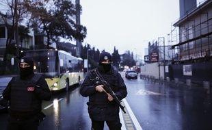 Les policiers turcs bloquent la route menant à la scène d'une attaque à Istanbul, le dimanche 1er janvier 2017. Un assaillant qui aurait été vêtu d'un costume de père Noël et armé d'une arme à canon long, a ouvert le feu à Dans le quartier d'Ortakoy à Istanbul, pendant les célébrations du Nouvel An.