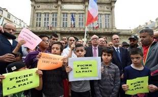 Des personnes manifestent contre le maire de Béziers Robert Ménard le 8 mai 2015 devant la mairie de la ville